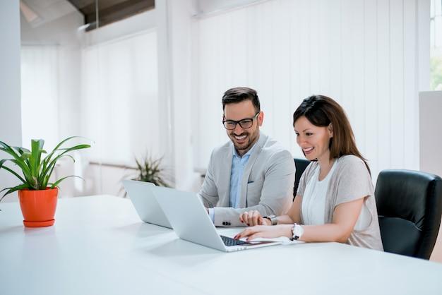 Pessoas negócio, tendo divertimento, e, conversando, em, local trabalho, escritório