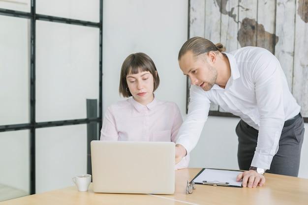 Pessoas negócio, trabalhando, com, laptop, em, escritório