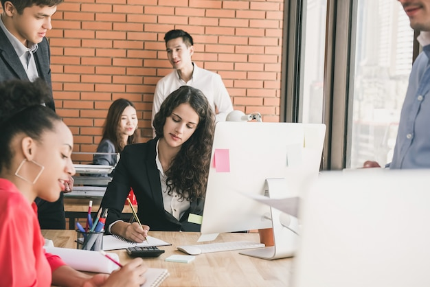 Pessoas negócio, trabalhando, em, um, escritório aberto, espaço