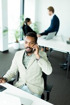 Pessoas negócio, trabalhando, junto, em, escritório