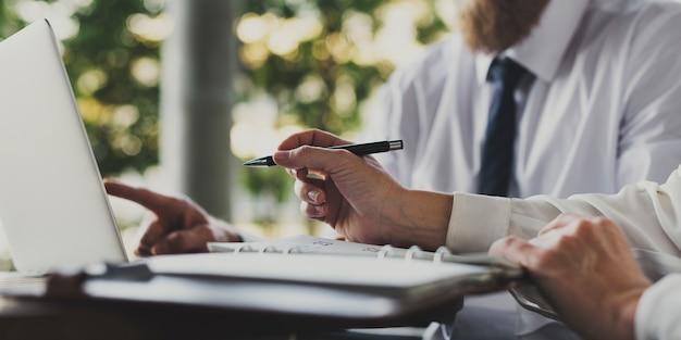 Pessoas negócio, trabalhando, usando, um, laptop
