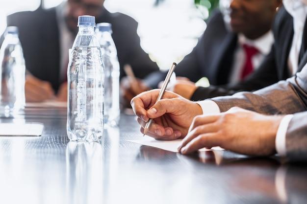 Pessoas negócio, trabalhar, junto, em, tabela conferência