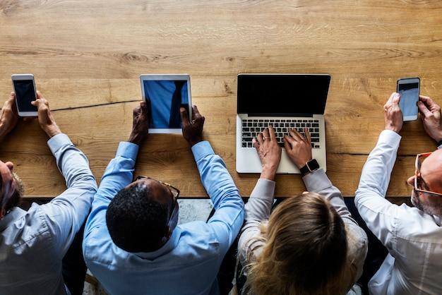 Pessoas negócio, usando, dispositivos digitais