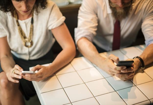 Pessoas negócio, usando, telefone, em, loja café