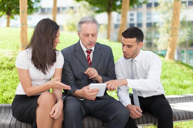Pessoas negócio, usando, um, tabuleta, computador, enquanto, sentando