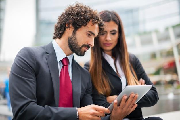 Pessoas negócio, usando, um, tabuleta, junto