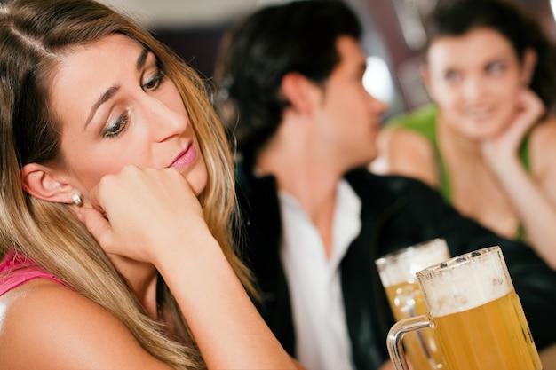 Pessoas no bar, mulher sendo abandonada e triste