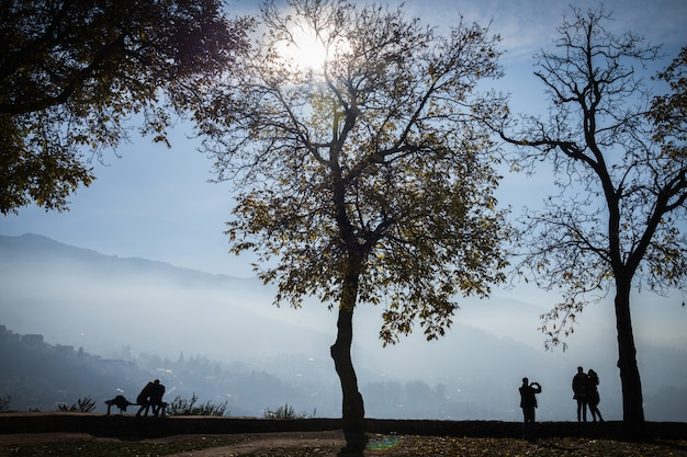Pessoas no belo parque com vista para a cidade
