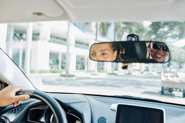 Pessoas no carro