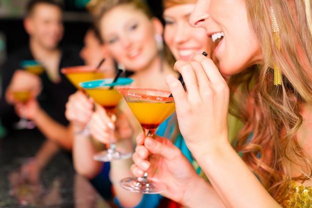Pessoas no clube ou bar bebendo cocktails
