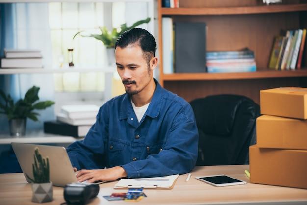 Pessoas no conceito de marketing on-line, venda on-line