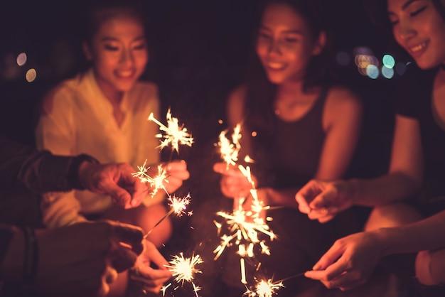 Pessoas no festival de fogos de artifício asiáticos