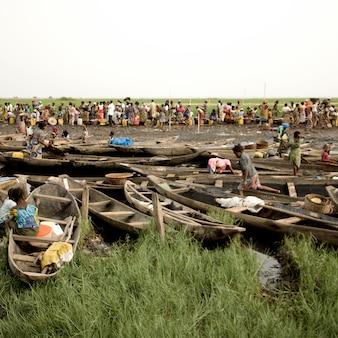 Pessoas no mercado de ganvie no benin