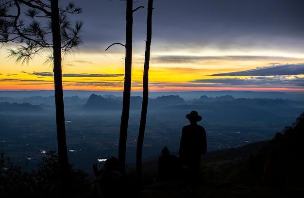 Pessoas olhando para a vista da manhã, parque nacional phu kradueng, tailândia