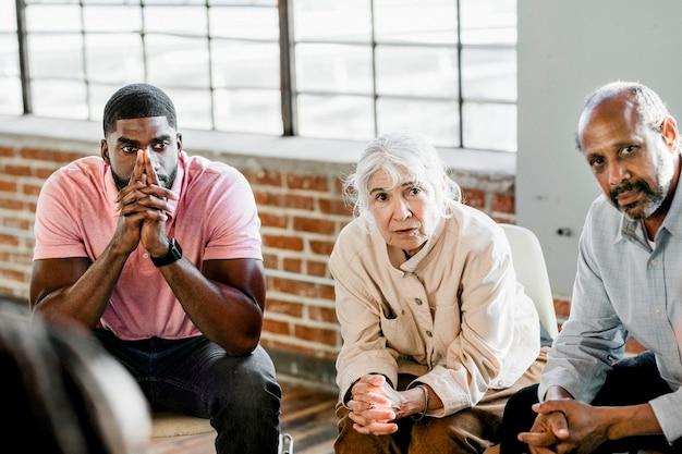 Pessoas ouvindo um palestrante em uma sessão de reabilitação