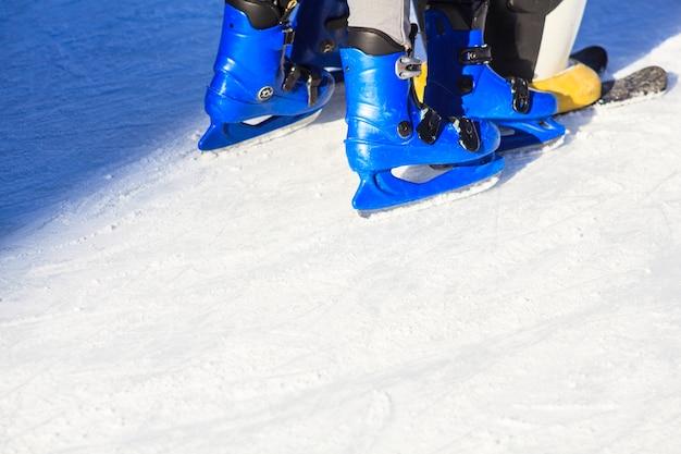Pessoas patinando com patins azuis