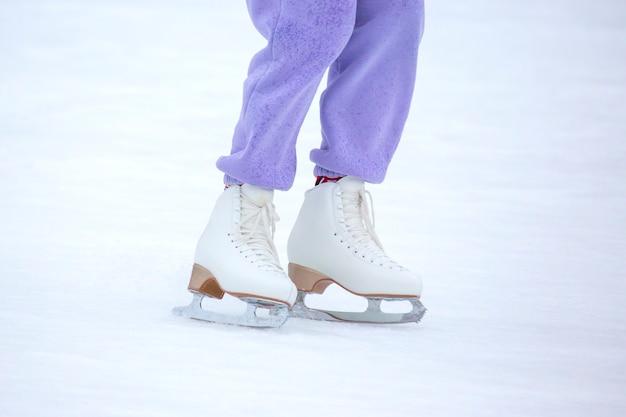 Pessoas patinando no gelo em uma pista de gelo. passatempos e lazer. esportes de inverno