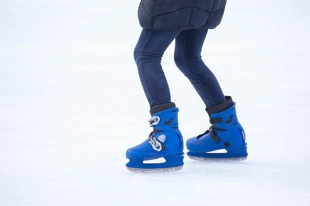 Pessoas patinando no gelo na pista de gelo. passatempos e lazer.