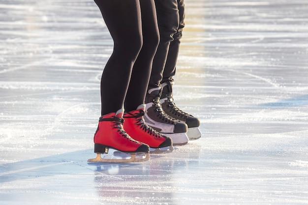 Pessoas patinando no gelo na pista de gelo.