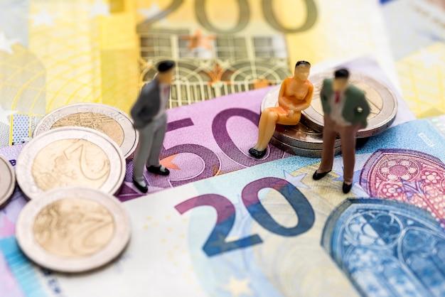 Pessoas pequenas no euro, close up