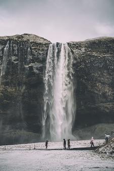 Pessoas perto de cachoeiras