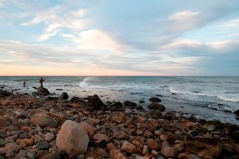 Pessoas pescando na costa de Hampton