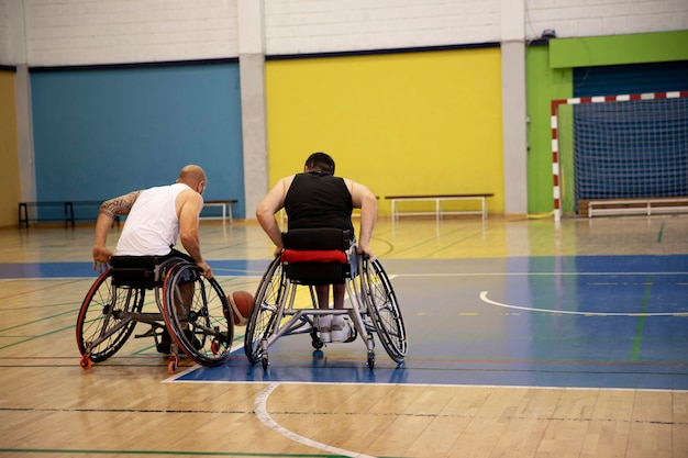 Pessoas praticando esportes com deficiência