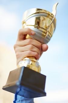 Pessoas prêmio recompensa que mostra a vitória