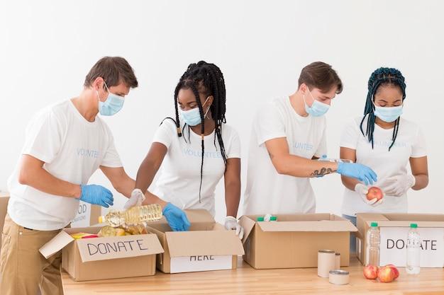 Pessoas preparando pacotes de doações juntos