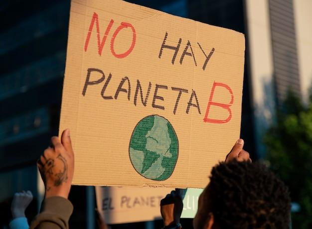 Pessoas protestando com cartazes de perto