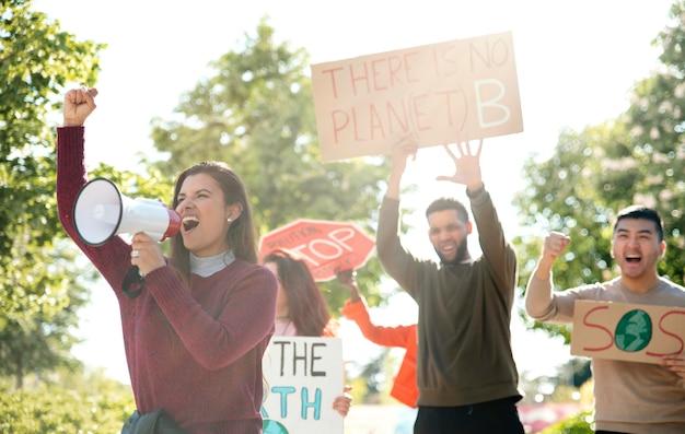 Pessoas protestando junto com cartazes