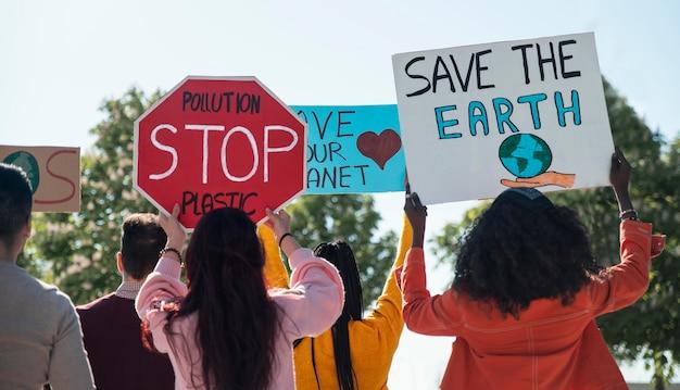 Pessoas protestando para salvar o planeta com cartazes