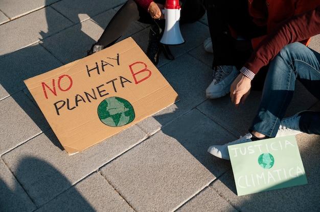 Pessoas protestando pelo clima
