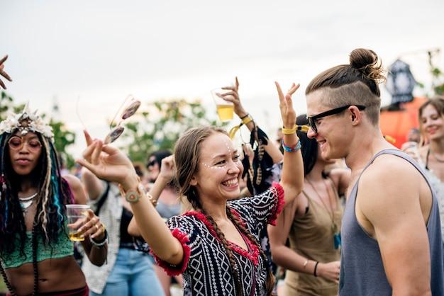 Pessoas que apreciam o festival de concertos de música ao vivo