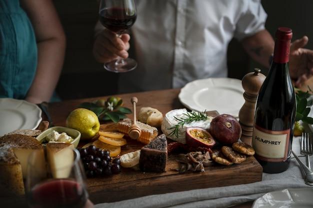 Pessoas que apreciam uma ideia de receita de fotografia de comida de prato de queijo