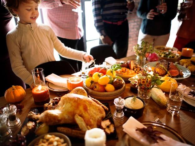 Pessoas que comemoram o conceito da tradição do dia de ação de graças