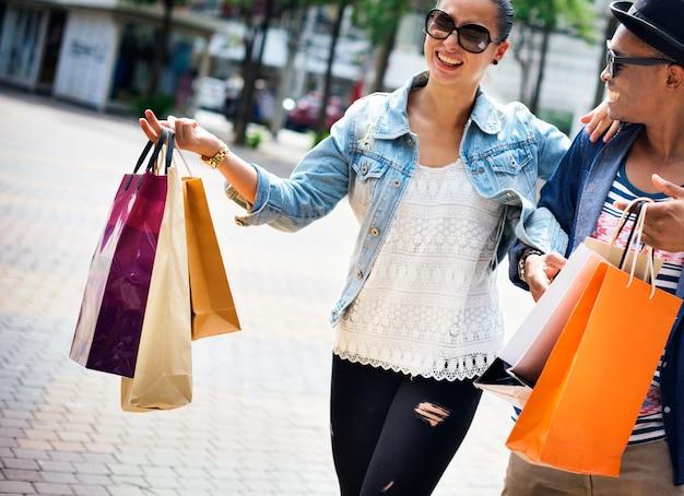 Pessoas que compram o conceito de consumismo do cliente de gastos