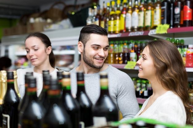 Pessoas que compram vinho na loja