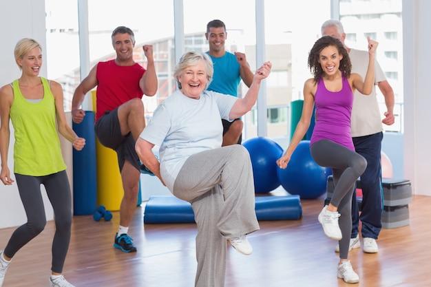 Pessoas que exercem exercícios de aptidão física no estúdio de ginástica