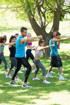 Pessoas que exercitam no parque