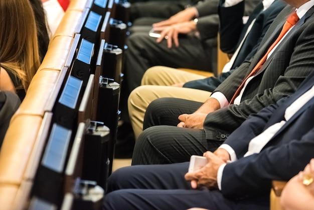 Pessoas que frequentam o congresso sentado em assentos