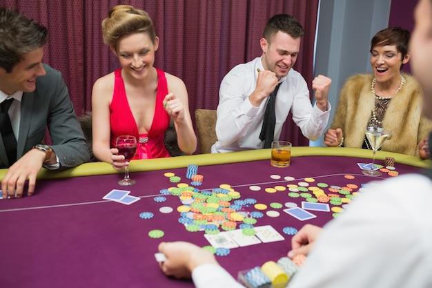 Pessoas que ganham no jogo de poker
