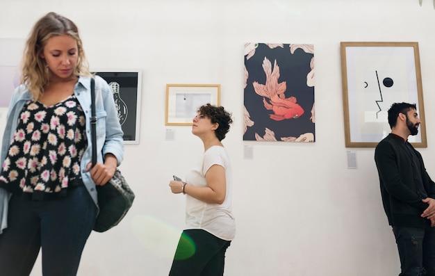 Pessoas que participam de uma exposição de arte