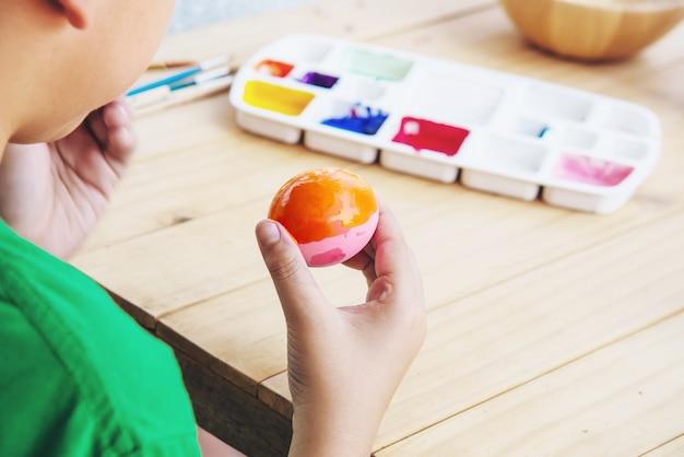 Pessoas que pintam ovos de páscoa coloridos - conceito de feriado nacional de celebração de pessoas