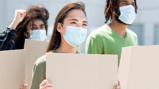 Pessoas que protestam e usam máscaras médicas