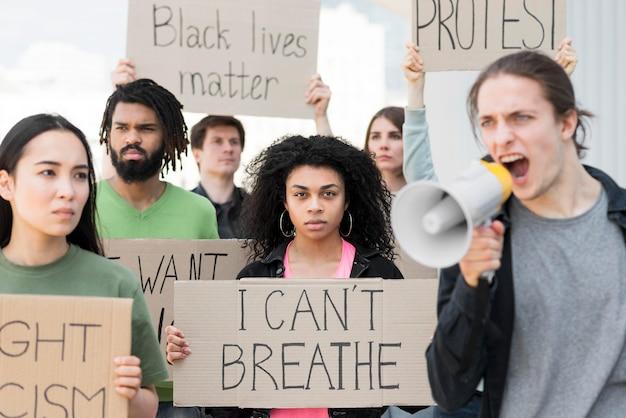 Pessoas que protestam não consigo respirar aspas
