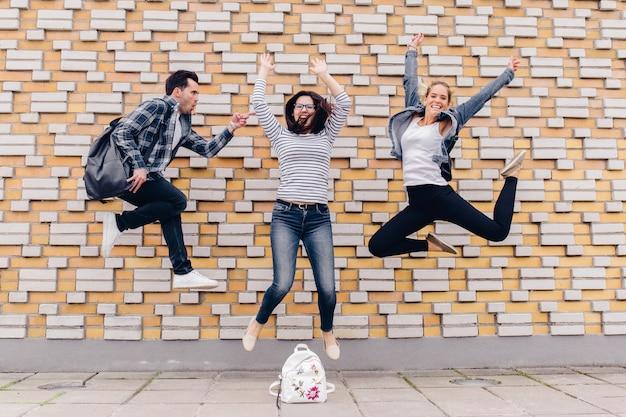 Pessoas que pulam na rua