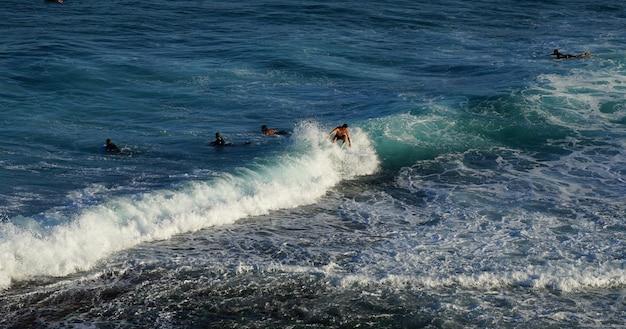 Pessoas que surfam no oceano