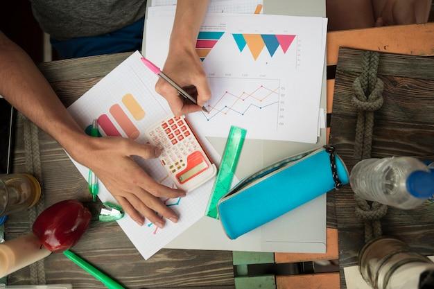 Pessoas que trabalham com diagramas e gráficos na mesa