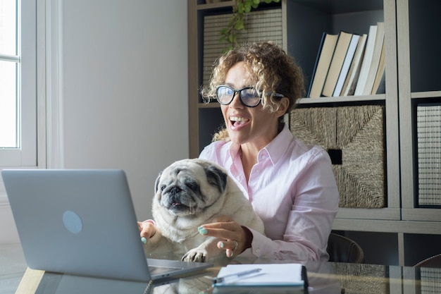 Pessoas que trabalham em casa com conexão à internet e laptop